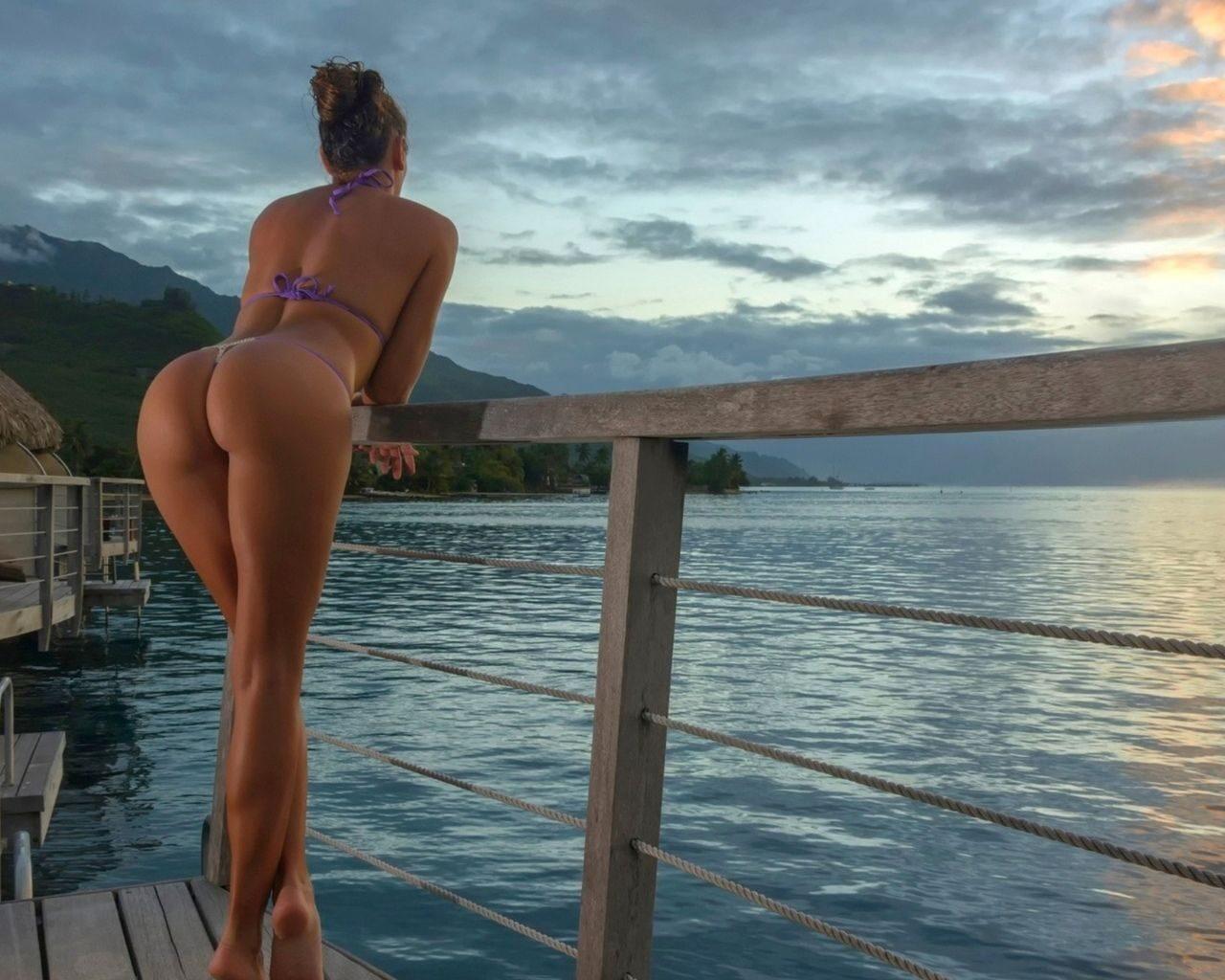 mnogo-huev-oboi-krasivie-devushki-fotomodeli-v-bikini-foto